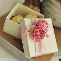 cajas amarillas del favor de la boda al por mayor-50pcs caja del favor de rosa rosa con el favor del banquete de boda de la cinta cajas del caramelo cajas de regalo de navidad o rosa amarilla