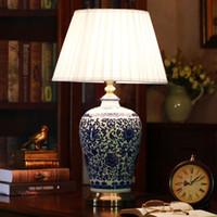 chinesische tischleuchten großhandel-Chinesische blaue und weiße Porzellan-Schreibtisch-Lampen-moderne dimmbare China-Blumen-Leselampe Ausgangsinnenschlafzimmer-Wohnzimmer-Bett-Nachttisch-Licht