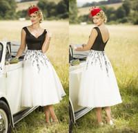 vestidos de noiva preto e branco venda por atacado-2017 chique branco e chá preto comprimento vestidos de casamento primavera verão curto lace appliqued país vestidos de casamento botão de volta