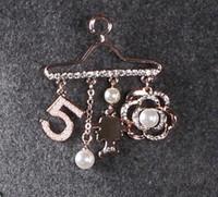 marken-schals porzellan großhandel-Digital Kamelie Broschen Pins Perle Diamant Kette Corsage Marke Designer Broschen Schals Schnalle Pins Mädchen Geschenk Schmuck Geschenk
