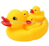 Vente en gros - 4pcs Cute Rubber Race Squeaky Duck Yellow Ducky Water Play Douche Bain Toy KTK 70116806