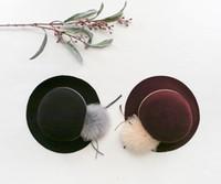 sombreros fedora rojos al por mayor-Sombrero de lana para niñas niños piel pompón arcos Gorra sombreros de fiesta para niños Accesorios para niños Sombrero de fedora niñas grandes sombreros negro rojo A0590