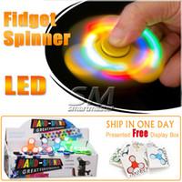 punta de iluminación superior al por mayor-2017 LED Light Up Hand Fidget Spinner Dedo del triángulo de calidad superior Spinning Top colorido descompresión dedos punta Tops juguetes