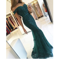vestidos de renda azul escuro laço venda por atacado-Designer de vestidos de noite verde escuro Slim fora do ombro Appliqued frisado Lace sereia Vestidos de baile com trem da varredura