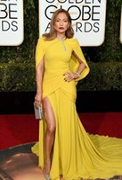 ouro amarelo vestidos de baile venda por atacado-O 73º Globo de Ouro Prêmios Vestidos de Celebridades Amarelo Sereia Dividir Lado Vestidos de baile de noite de Alta Neck Xaile Tapete Vermelho Vestido Formal