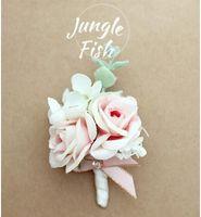 brautjungfer lila broschen großhandel-Die Braut Bräutigam weiße Rose lila Corsagen Broschen Strand Hochzeit Bouquets Brautjungfern Bouquets Handgelenk Blumen Geschäft Party Broschen