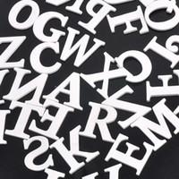 ahşap alfabe mektupları toptan satış-Toptan-Ahşap Harfler Alfabe Karışık Beyaz A-Z Zanaat Düğün Doğum Günü Ev Dekorasyon Için 35mm 50 adet MT0701