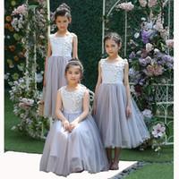 kinderkleidung für hochzeiten großhandel-2019 Blumenmädchenkleider Rundhalsausschnitt Tee Länge mit handgemachter Blume für Hochzeiten Partykleid für Teenager Mädchen Kinderkleidung