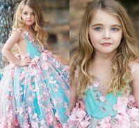 aqua boden länge kleider großhandel-Rosa aqua ballkleid blumenmädchenkleider v-ausschnitt handgefertigt flwoers tüll satin bodenlangen rückenfreie mädchen festzug kleider formale partykleid