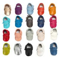 suela de cuero para bebé al por mayor-Mocasines para bebé de cuero genuino Borlas de cuero de vaca Zapatos para caminar Suela suave antideslizante 20 colores para bebés pequeños