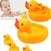 Vente en gros- Cute Baby Girl Boy Bath Bathing Classic Toys Rubber Race Squeaky Ducks Set Jaune Vente 01RX