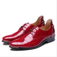 damat için siyah ayakkabı toptan satış-Yeni Varış Tasarımcı Erkekler Kırmızı Elbise Ayakkabı Düğün Damat Için Moda Lace Up Siyah Eğlence Deri Ayakkabı Adam Perçinler Ayakkabı Artı Boyutu 12 13
