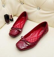 pajarita de charol al por mayor-Nuevo estilo chino de 2017 nueva moda OEM estilo europeo y europeo de gran tamaño de charol con cordones zapato plano zapatos de mujer