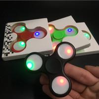 игрушечный проблесковый маячок оптовых-Ручной блесны светодиодные вспышки света с кнопочным выключателем световой непоседа Spinner EDC треугольник палец спиннинг декомпрессии пальцы тревога игрушки DHL