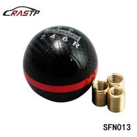 perillas de cambio de marcha rojas al por mayor-RASTP - Botón Mugen Ball Tipo 5/6 Speed Racing Gear Shift Fibra de carbono negra con línea roja RS-SFN013