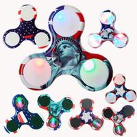tri geführt großhandel-Amercia Bunte LED Zappeln Spinner Kunststoff Neue Zappeln Spinner Finger Fingertip Gyro Tri-Spinner Handspinner Zappeln Spielzeug EDC
