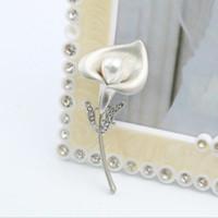 ingrosso perni di corallo perla-Eco-Friendly Corsage Lily Spille Bella Spilla Accessori per l'abbigliamento spilla di perle Fiore Sciarpe Ottimizzata Pin fibbia Giglio Spilla Fiore