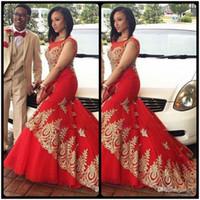 vestido vermelho estilo sereia de renda preta venda por atacado-Vermelho Sheer Pescoço Da Sereia Vestidos de Noite Negeria Estilo Com Apliques de Renda de Ouro Vestidos de Festa de Formatura 2020 Magro Meninas Negras Barato
