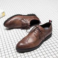 brogue oxford kleid schuhe großhandel-Herren Freizeitschuhe Flügelspitze aus schwarzem Leder formale Hochzeitskleid Derby Oxfords flache Schuhe Tan Brogues Schuhe für Männer