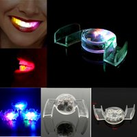 Vente en gros Lumière Dents Jouets Glowing LED Flashing Mouth Guard Piece 4 couleurs Party Gift Halloween Decoracion Trick Fool Rave événement