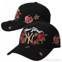 casquillos de hiphop negro blanco al por mayor-Blanco y negro Hiphop Rose Flower Baseball Manual Sombreros para hombres Mujeres Snapback Gorra de béisbol plana Sun Hat Deportes amantes Shade sombreros