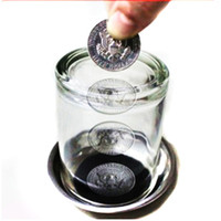 ingrosso trucco magico delle coppe-Magic Coin Thru Into Glass Cup Close Up Easy Amazing Gimmick Magic Trick Puntelli per Natale / party show come regalo divertente easy show magic