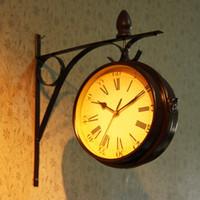 ingrosso stili di orologio da parete-Orologio creativo, orologio da parete esterno retrò, giardino in stile europeo, orologi bifacciali, decorazioni artistiche in ferro, decorazioni per la casa.