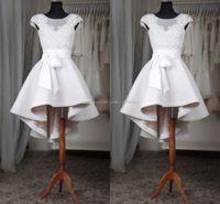 hızlı nakliye artı boyutu elbiseler toptan satış-Beyaz Kısa Mezuniyet Elbiseleri 2017 Artı Boyutu Sheer Boyun Cap Kollu Aplikler Dantel Saten Custom Made Yüksek Düşük Gelinlik Hızlı nakliye