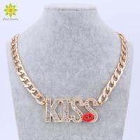 kırmızı öpücük seksi toptan satış-Moda ÖPÜCÜK Mektuplar Kolye Kolye kızın Seksi Yaz Takı Kırmızı Dudaklar Tasarım Altın Renk Zincir Kolye