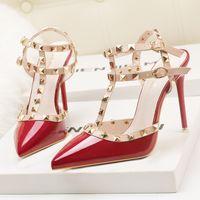 bombas de gladiadores pretos venda por atacado-Fetiche vermelho de salto alto mulheres designer sapatos de couro de patente das senhoras sapatos de casamento rebites gladiador sandálias sexy bombas valentine sapatos preto