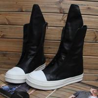 homens botas de couro branco tornozelo venda por atacado-Homens da moda botas t show de palco sapatos preto e branco de couro genuíno respirável confortável ankle boots homens