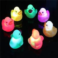 banyo oyuncak led toptan satış-Bebek Banyo Oyuncakları LED Su indüksiyon Parlayan Ördekler Banyo Oyuncakları Noel hediyesi için Çocuk Su Yüzme Oyuncak C2914