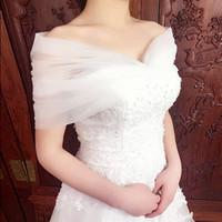 encogiéndose de hombros fuera del hombro al por mayor-2018 elegante blanco marfil tul nupcial Wraps Off hombro Bateau cuello encaje boda encogiéndose de hombros para mujeres con cordones espalda chaquetas de novia