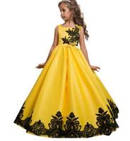 ingrosso abiti da sera di nozze gialli-La ragazza di fiore sveglia dei vestiti da cerimonia nuziale dell'arco dell'abito di sfera del raso giallo quadrato del raso veste la lunghezza poco costosa del pavimento