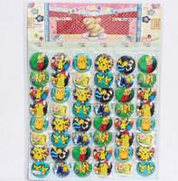 sıcak figürler toptan satış-Sıcak! 2 Sayfalık / 96 adet Pikachu Düğme rozet Broş Film Peluş Oyuncaklar Rakamlar Pikachu broş Kolye Ücretsiz Kargo