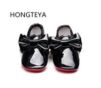 bebek kırmızı altlıklar toptan satış-HONGTEYA Yeni arrivel Patent deri Kırmızı alt taban Moccasins bebek erkek kız Yay ile ayakkabı Bebek yürüyor ayakkabı ilk yürüyüşe