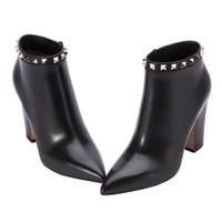 женские сапоги на высоком каблуке оптовых-Мода Марка высокие каблуки сапоги для женщин шерсть корова кожа заклепки лодыжки пинетки 85 мм коренастый каблук дамы Повседневная обувь острыми пальцами SZ35-40