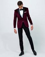 trajes de terciopelo para hombre imagen. al por mayor-Airtailors Vintage Velvet Wine Red Peak Lapel Tuxedo / traje de boda para hombre / Novio ropa personalizada (chaqueta + pantalón + lazo)