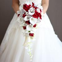 broches de marfil al por mayor-Artificial perla y cristal nupcial ramo marfil novias hecho a mano broche ramo Noiva rojo cascada cascada boda ramo