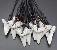 colgantes de hueso tallado collares al por mayor-10% de descuento 20 unids de Imitación Yak Bone Carving Shark Tooth Charm Colgante de Cuentas de Madera Collar Amuleto Regalo recuerdo de viaje