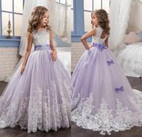perlen lila blumenmädchen kleider großhandel-2017 schöne Lila und Weiße Blume Mädchen Kleider Perlen Spitze Appliqued Bögen Pageant Kleider für Kinder Hochzeit Kleider Für Mädchen
