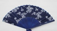 tela azul china al por mayor-Caliente festivo diseño floral clásico estilo chino ventilador de mano de tela azul con marco de bambú teñido azul Favor del banquete de boda