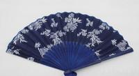 fã chinês clássico venda por atacado-Hot Festive clássico projeto da flor estilo Chinês ventilador de mão de tecido azul com tingido azul moldura de bambu Wedding Party Favor