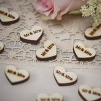 ingrosso pulsanti a forma di cuore in legno-Amore fibbia a forma di cuore Puntelli di tiro di nozze in legno Mr Mrs Wedding pulsante decorativo Accessori per l'abbigliamento da sposa