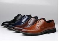 ingrosso scarpe marrone wingtip-2017 Uomo Designer piatta Classico Uomo scarpe da sera in vera pelle marrone nero Caffè Wingtip intagliato italiano formale Oxfords DH24