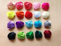 tela de clips hechos a mano al por mayor-28 colores mini cinta de raso rosa flor accesorios para el cabello para niñas niños niños hechos a mano flores de tela para pinza o diadema