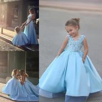 vestido de princesa cielo al por mayor-Sky Blue Princess Vestidos de flores para niñas para bodas Una línea Vestido de satén con cuello en V para niñas Vestido sin mangas Encaje Hasta el suelo Vestido de cumpleaños para niños