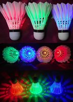 Compra Ha Portato Il Colore Rosso-4Pcs Dark Night Colorful LED incandescente Badminton Shuttlecock Birdies Lighting Glow LED Flash Sport Flash Verde rosso blu multicolore Badminton