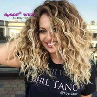 dalgalı kıvırcık sarışın peruk toptan satış-Sentetik Koyu Kökleri Orta Uzunlukta Su Kıvırcık Dalgalı Saç Peruk Kanekalon Fiber Saç Kül Platin Sarışın İpucu Gölge Renk Peruk