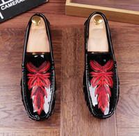 sapatos casuais para homens venda por atacado-Novo estilo de moda sapatos de casamento dos homens sapatos de couro de design dos homens Único homens sapatos casuais estilista mocassins bordados Z264